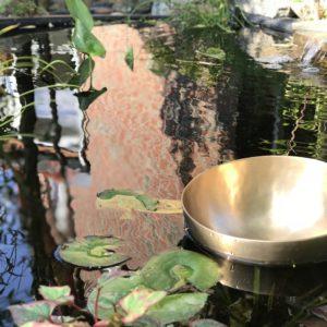 Klangschale im Element Wasser